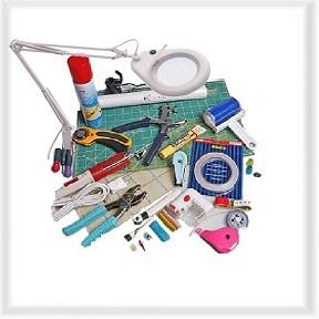Nähhilfen, Clover, Patchwork, Büsten für Couture, Vorhang Zubehör, auch als Pinzette, Arbeits-Lampe, Tisch-Lampe, Led-light, Lupen-Lampe, Klebeband, Doppelkleber, Leim, Textilleim, Sprühkleber, Massband, Arbeits-Tisch-Matte, Schneidematte, Lineal, Quilt-Lineale, Stoffklammern, Roll-Cut-Messer, Einfädler, Schnittmuster-Papier, Fingerhut, Markier-Schneider-Kreide, Nahttrenner Schrägband-Former, Vorhang-Gleiter-Querbügel-Feststeller- Längsbügel-Ringe-Ösen-Haken-Klammer-Wendehaken- Clic-Stangen-Hohlringe, Schneiderbüste, Fuselrasierer, Kopierrädchen, Hosentaschen, Mini-Bügeleisen, Waschsack, Bügelnetz, Schuhsack, Bügeleisen-Ablage-Unterlage, Wäschenamen, Wäsche-Markierer gesucht